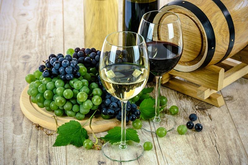 Красное и белое вино виноград