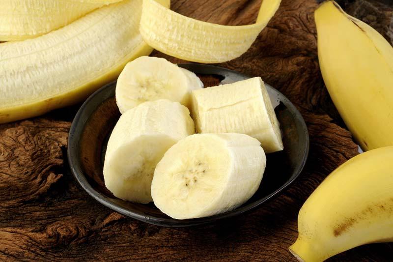 Бананы в кожуре и нарезанный