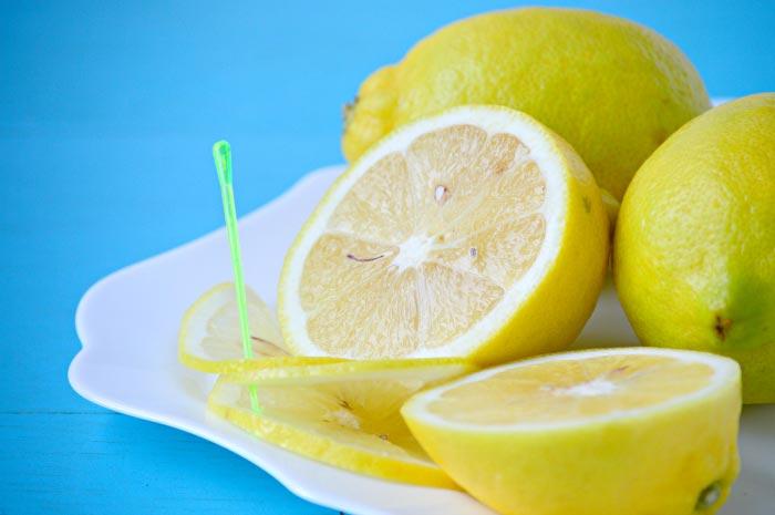 Фото лимона разрезанный и целый в тарелке
