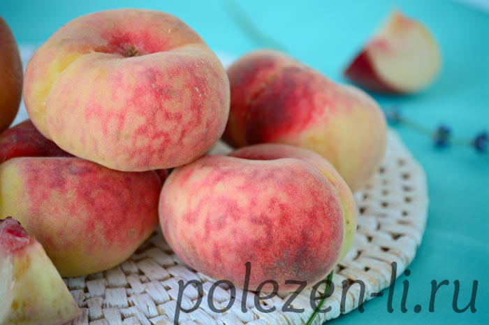 Фото персика свежего на столе