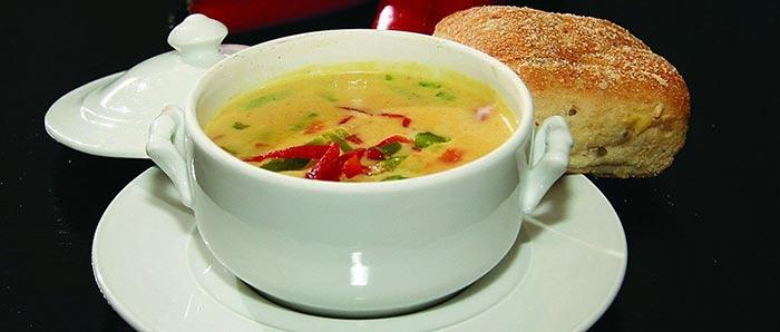 Фото супа в тарелке с блюдцем