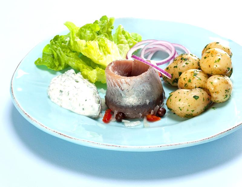Блюдо сельдь соленая с картофелем