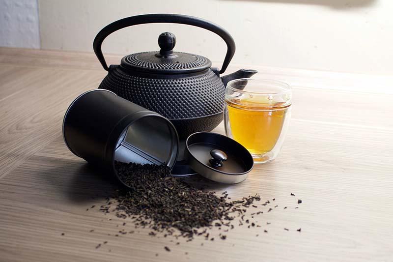 Фото черного чая чайник и стакан