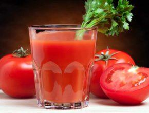 Фото томатного сока в стакане, томаты, петрушка