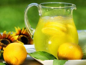 Фото воды с лимоном в графине и лимоны