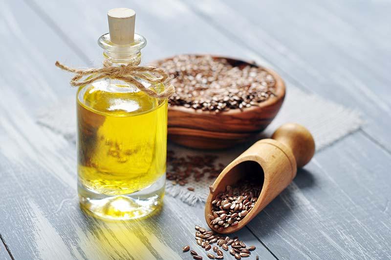 Фото льняного масла в бутылке и льняное семя