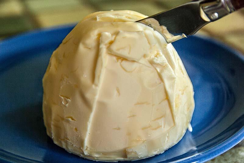 Фото сливочного масла на тарелке