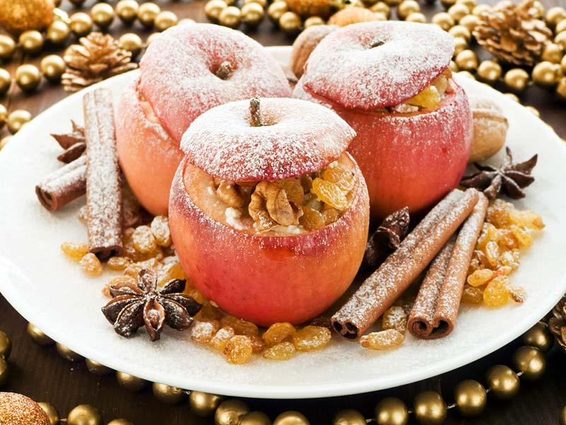 Фото запеченных яблок с корицей в тарелке