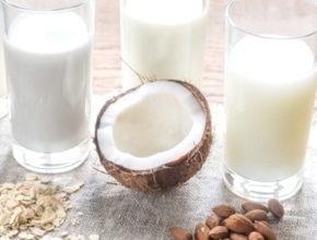Растительное молоко в стаканах кокос