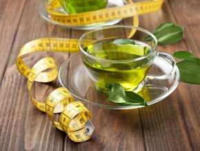 зеленый чай на столе и сантиметр