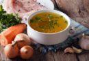 бульон в тарелке с овощами мясом